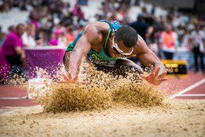 1/2500s pour ce sauteur en longueur pour figer son arrivée et les projections de sable autour de lui