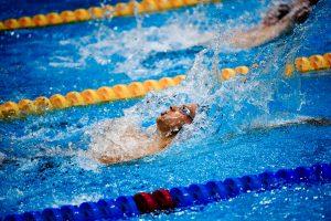 1/1600s pour figer les éclaboussures d'eau autour de ce nageur, en grimpant à 1600 ISO pour f/4