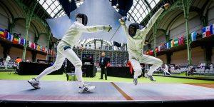 Deux escrimeurs au Grand Palais sont figés en action à 1/1000s