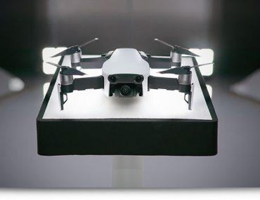 Photo de présentation du DJI Mavic Air blanc sur un socle lumineux