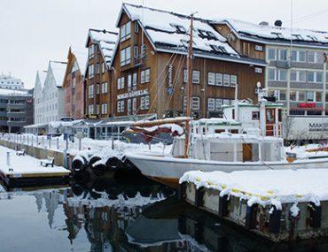 Photo du port de Tromsö en Norvège, sous la neige