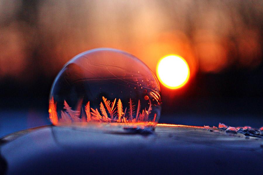 Bulle de savon gelée au soleil couchant