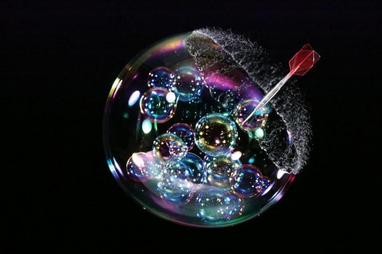 Explosion d'une bulle de savon au 1/64000 s