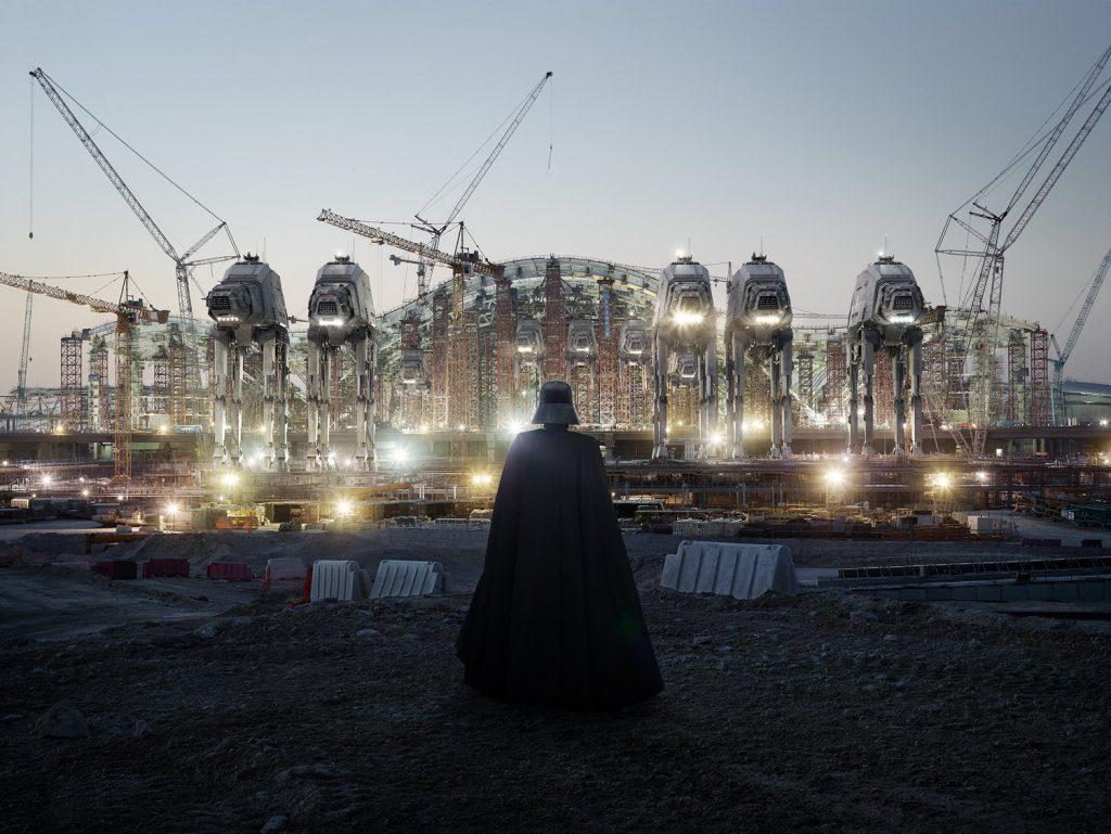 Extrait de la série Dark Lens Origins de Cédric Delsaux. Silhouette de Dark Vador, de dos, contemplant la ville d'Abu Dhabi