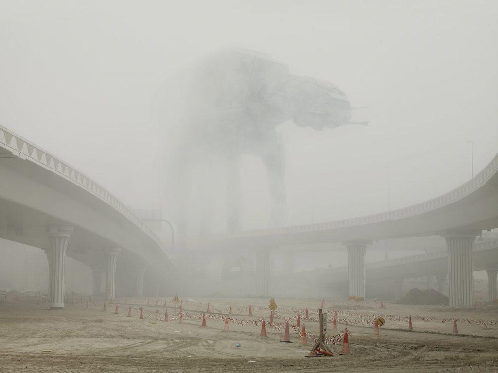 Extrait de la série Dark Lens Origins de Cédric Delsaux. Vaisseau dans la brume, paysage routier, Dubai 2009
