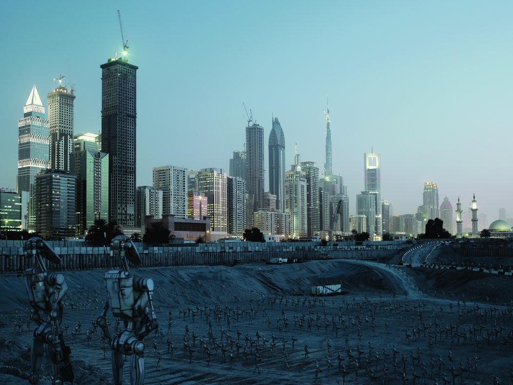 Extrait de la série Dark Lens Origins de Cédric Delsaux. Armée de droïdes intégrés dans le paysage urbain de Dubai, 2010