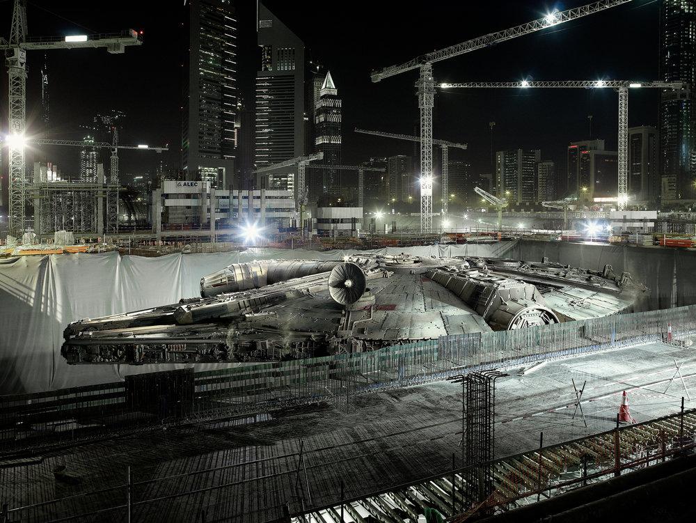 Extrait de la série Dark Lens Origins de Cédric Delsaux. Image du Faucon Millenium caché dans un chantier de construction, Dubai 2009