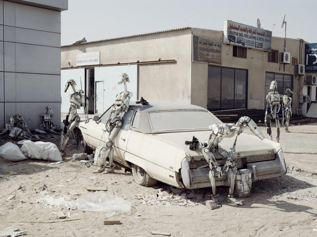 Extrait de la série Dark Lens Origins de Cédric Delsaux. Soldats impériaux attendent nonchalamment adossés à une vieille voiture, Dubai, 2009