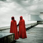 Extrait de la série Dark Lens Origins de Cédric Delsaux. Deux gardes impériaux sur le toit d'un immeuble, Paris 2005