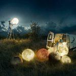 deux agents d'entretien changent la lumière de la lune avec différents modèles dans leur camionnette