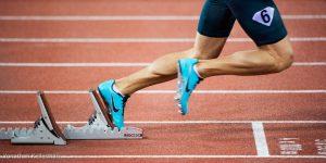 1/800s fige les jambes du sprinteur sortant des blocks, mais pas son pied lorsque photographiées en gros plan