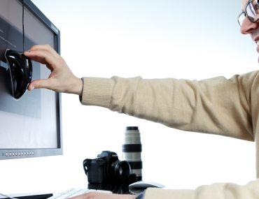 Interface du logiciel de calibration Datacolor Spyder et application du colorimètre sur un écran