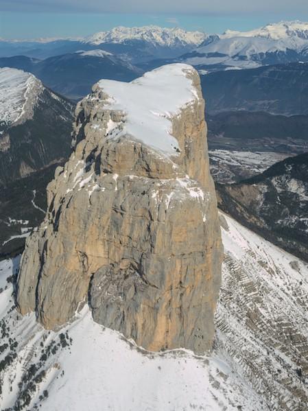 Vue sud-ouest du Mont Aiguille enneigé