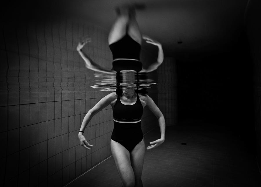 Photographie d'une femme sous l'eau en noir et blanc par Stefano Zocca