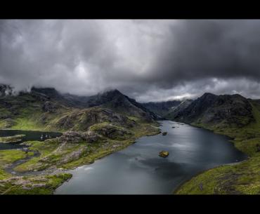 Photographie panoramique d'un lac en montagne