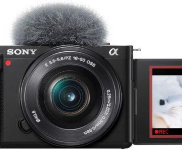 Sony ZV-E10 vu de face, écran déployé