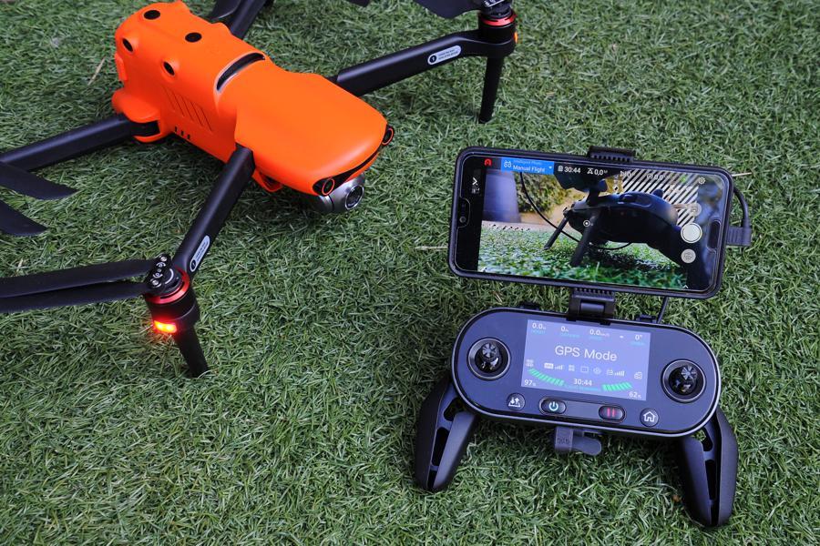 L'Evo II d'Autel Robotics avec radio et smartphone