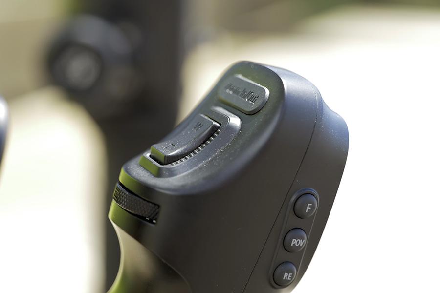 Le stabilisateur vidéo Zhiyun Crane 3 foisonne de commandes et offre le plus de contrôle de caméras