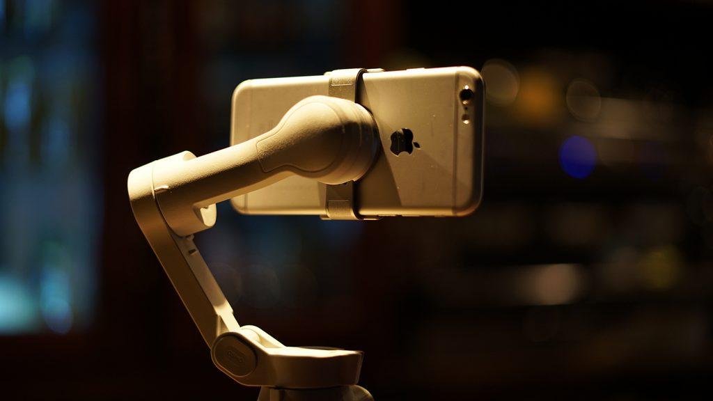 Un smartphone monté avec la bride magnétique