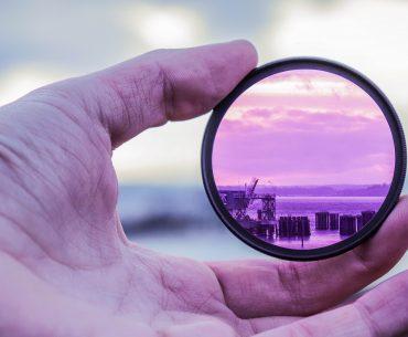 Photo présentant une main tenant un filtre coloré