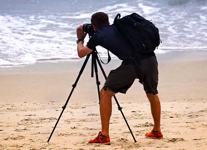 illustration photographe et trépied sur la plage