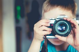 illustration d'un enfant qui photographie