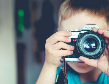 illustration d'un enfant qui photographie