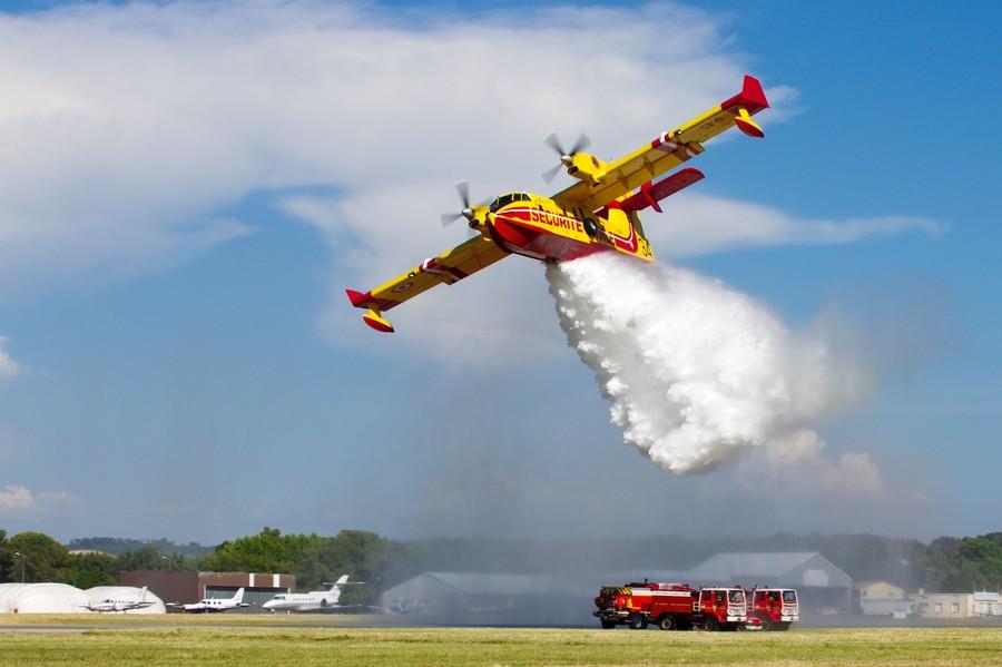 Largage de sécurité d'un Canadair 415