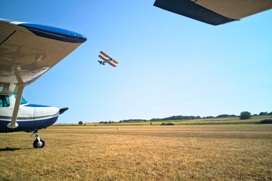 Assis entre deux Cessna au meeting de Pons-Avy