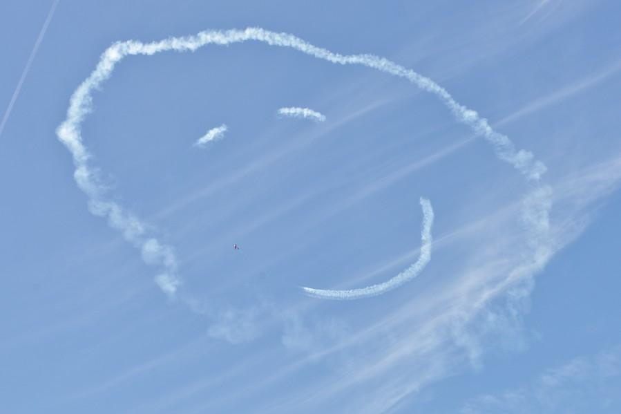 Le Lt Oddon, sur Extra 330 SC, dessine un smiley au meeting de Sarlat