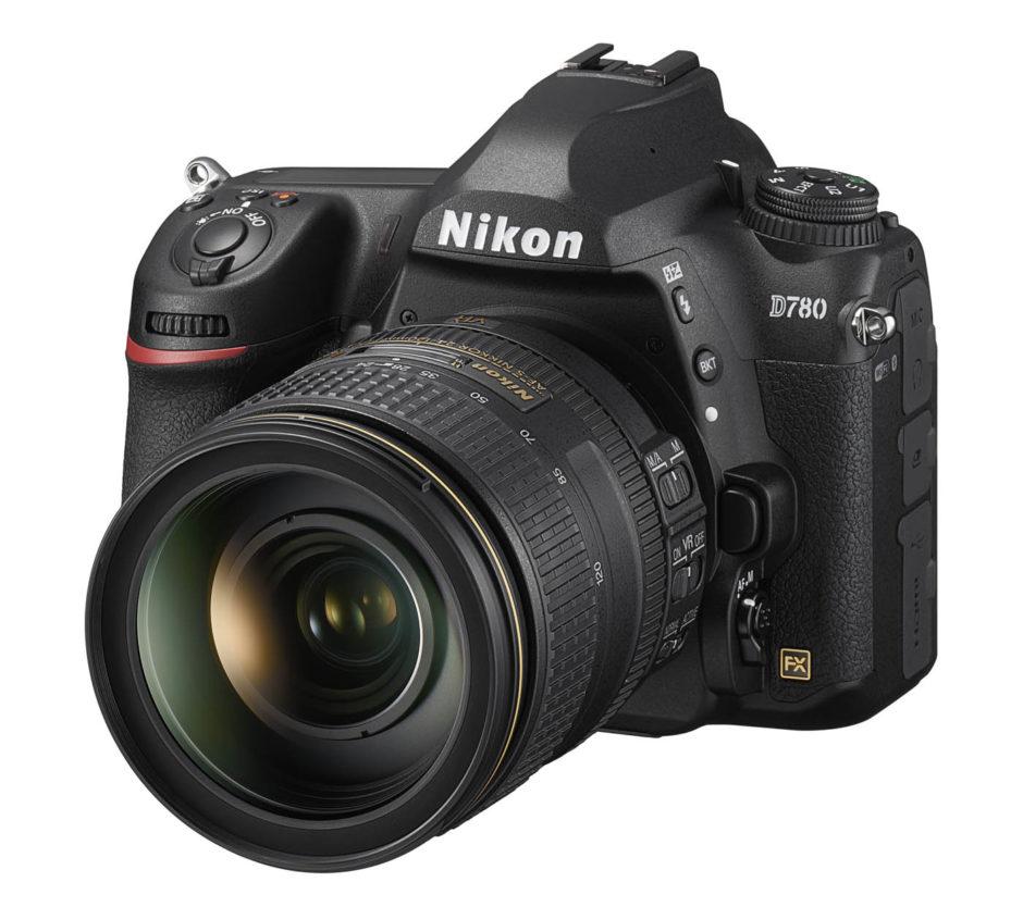 Nikon D780 : produit face avec objectif.