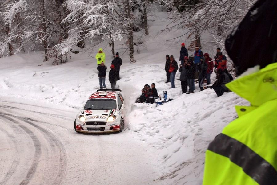 Spectateurs assis dans la neige