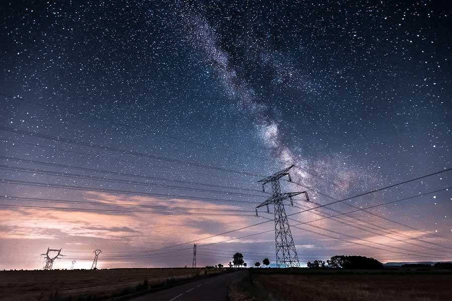 Croisement de lignes électriques devant la Voie lactée par Pierre Rolin