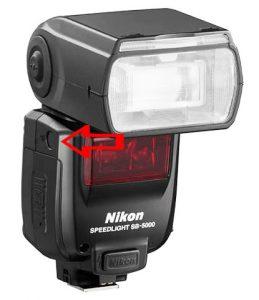 Capteur optique en évidence sur le côté d'un flash cobra Nikon SB-5000