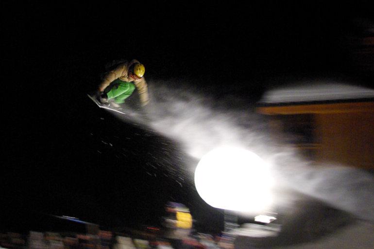 Surfeur sautant de nuit