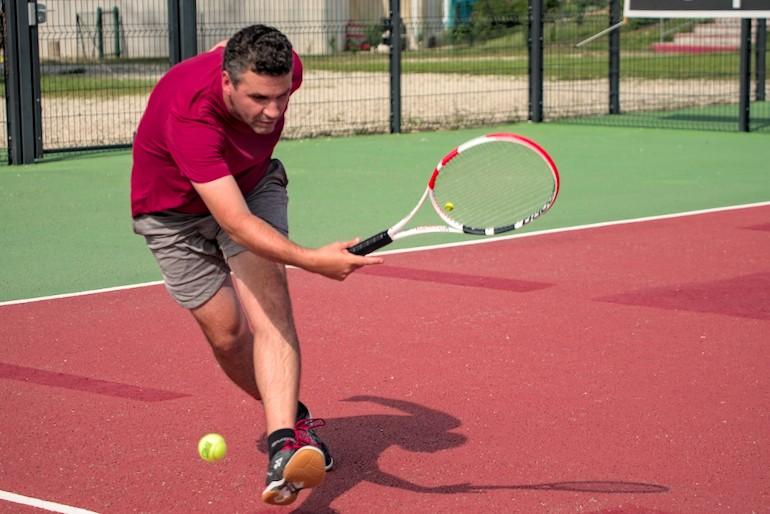Un tennisman avant l'impact avec le photographe